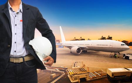 貨物、貨物のプロフェッショナルな作業男空気送料と輸出輸送ロジスティック産業をインポート