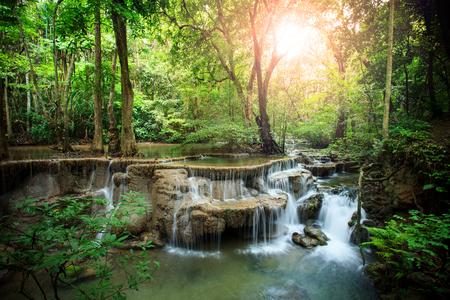 아름 다운 hauy mae kamin 물이 태국의 깊은 숲 깐 차나 부리 서쪽에 빠진다.