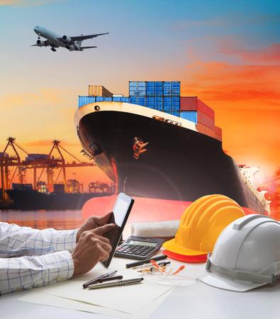 medios de transporte: la mano del hombre que trabaja en el transporte marítimo, las empresas de transporte de carga freigh logística