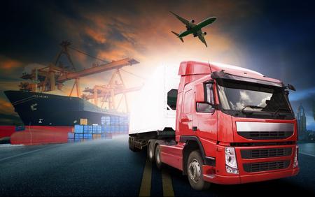 transport: containertruckar, fartyg i hamnen och godsfraktflygplan inom transport och import och export kommersiell logistik, sjöfarten industri Stockfoto