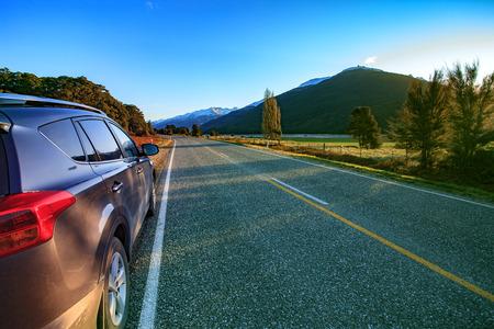 carro: hermosas carreteras escénicas de asfalto de Monte Aspiring Parque Nacional de la isla Sur de Nueva Zelanda Foto de archivo