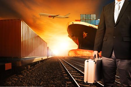 transportes: inversores y contenedores trenes, barco comercial de carga portuaria avión de carga volando por encima de su uso para el fondo logístico y la industria del transporte