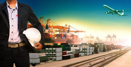 ferrocarril: hombre de trabajo y el barco, trenes, avión, logística de carga de mercancías y la importación, transporte de exportación