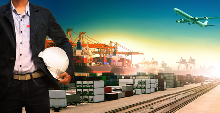 moyens de transport: homme travaillant et navires, trains, avion, logistique de fret de marchandises et l'importation, le transport d'exportation Banque d'images