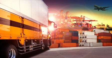 containertruckar i utskeppningshamn, behållare docka och godsfraktplan flyger över användning för transport och logistik indutry
