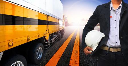 육상 운송, 산업 물류 비즈니스, 직업 테마의 사람들을위한 작업 남자와 컨테이너 트럭 사용
