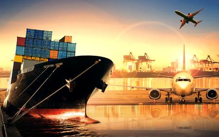 транспорт: контейнеровоз в импорте, экспорт порта против красивых утреннем свете погрузки верфи использования для перевозок грузов и грузового транспорта доставка судна Фото со стока
