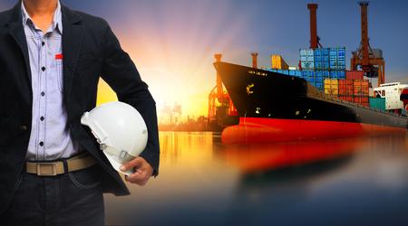 medios de transporte: barco de contenedores en la importaci�n, el puerto de exportaci�n contra la hermosa luz de la ma�ana de uso astillero de carga para la carga y transporte de carga buque de env�o Foto de archivo