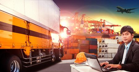 supervisores: hombre y camión contenedor de trabajo en el envío de puerto, muelle de contenedores y avión de carga de mercancías volando por encima de su uso para el transporte y logística indutry