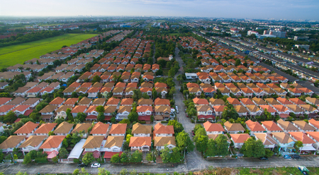 adentro y afuera: aerial view of home ,house residential area with good environmental in out skirt of bangkok thailand use for rial estate and land management theme Foto de archivo