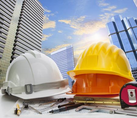 construccion: ingeniero mesa de trabajo contra el cielo scrapper en uso escena urbana para el desarrollo de la tierra y la arquitectura ocupación tema