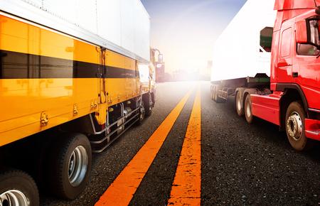 camion grua: camiones de contenedores y buques en la importación, el puerto puerto de exportación con el uso de avión de carga de carga de vuelo para el transporte y la logística, conocimiento de los negocios de envío, telón de fondo Foto de archivo