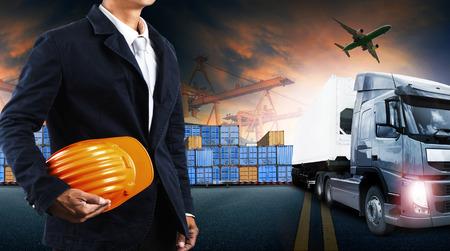 medios de transporte: cami�n contenedor, barco en el puerto de carga y flete a�reo en el transporte y la log�stica comercial de importaci�n y exportaci�n, la industria del negocio de env�o