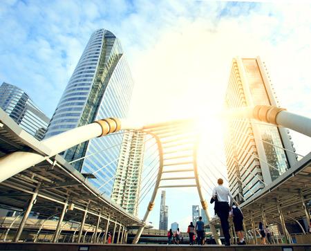 mrt と bts の大量輸送の心の中のバンコク タイ色鮮やかなブルートーン仕掛品都市生活のバンコク新しく現代の重要な土地印間のリンクを橋で働く人