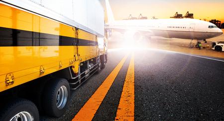 container truck en schip in import, export haven haven met lading vracht vliegtuig te gebruiken voor transport en logistiek, scheepvaart zakelijke achtergrond, Achtergrond Stockfoto