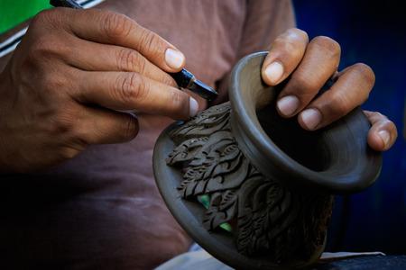 タイの粘土陶器彫刻美術に取り組んでいる陶芸家を閉じる
