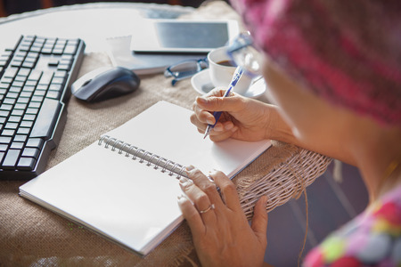 Frau schriftlich erschossen Erinnerungen beachten Sie auf weißem Papier mit entspannende Zeit und Emotion Standard-Bild