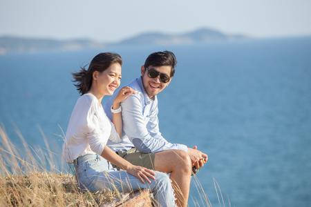 Retrato de hombre joven asiático y una mujer relajada vacaciones en el mar lado la felicidad emoción Foto de archivo