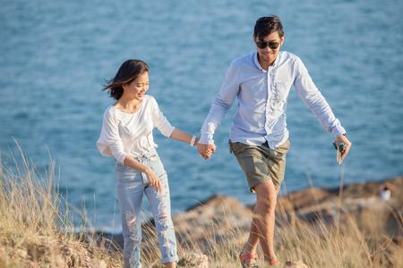 caras felices: parejas de hombre y mujer más joven en el amor de relax vida al aire libre de vacaciones