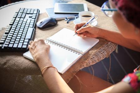 escribiendo: Escritura de la mujer disparó recuerdos nota sobre papel blanco con tiempo de relax y la emoción Foto de archivo