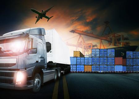 camión contenedor, barco en el puerto de carga y flete aéreo en el transporte y la logística comercial de importación y exportación, la industria del negocio de envío