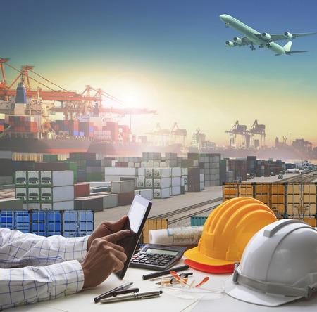 Hand der Geschäftsmann arbeitet auf dem Tisch arbeiten in Container Dock Einsatz für Logistikbranche und Import-Export, Fracht Frachtschifffahrt Industrie