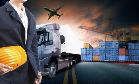 werkende man en container truck, schip in de haven en vracht vrachtvliegtuig in het vervoer en de import-export commerciële logistiek, scheepvaart industrie Stockfoto