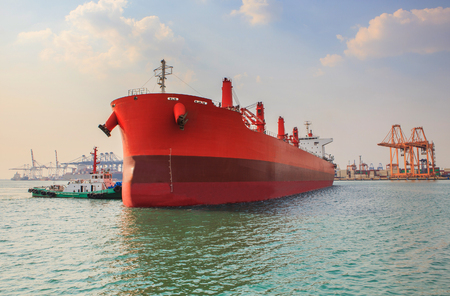 cami�n cisterna: buque cisterna industrial se aproxima al puerto de la industria log�stica