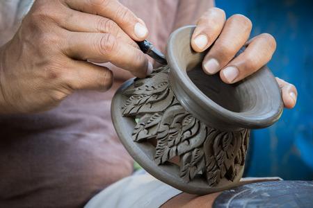 タイの粘土陶器の彫刻美術に取り組んでいる陶芸家を閉じる