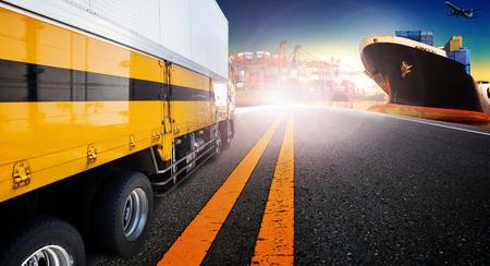 camions porte-conteneurs et de navires dans l'importation, l'exportation port port avec l'utilisation fret avion cargo battant pour le transport et la logistique, fond expédition des affaires, toile de fond