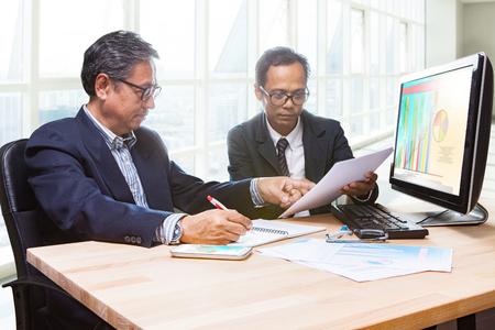 Paare der Business-Mann-Team Treffen Strategieanalyse für in Führung zu einer erfolgreichen Planung Standard-Bild