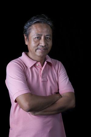 visage homme: portrait close up visage souriant de bonheur de 59s ans homme asiatique avec la lumière de studio sur fond noir