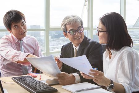 業務チームのインタビュー、プロジェクト ソリューションを議論する、テーブル会議シーンを説明します。