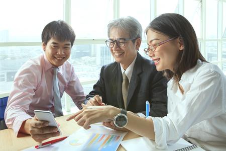 groep van mensen uit het bedrijfsleven ontmoeting met geluk emtion wijzend naar slimme telefoon in de hand te gebruiken voor moderne werkende mensen levensstijl op digitale technologie