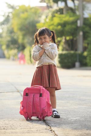niños saliendo de la escuela: estudiante asiático que juega después de volver a casa con emoción felicidad