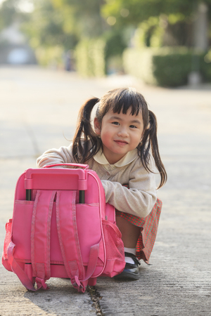 ni�os saliendo de la escuela: estudiante asi�tico que juega despu�s de volver a casa con emoci�n felicidad
