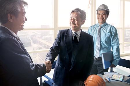 Hombre de negocios de agitar las manos después de exitosa solución del proyecto reunión de cepillado tiro en la oficina sala de reuniones Foto de archivo - 53622224