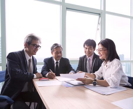 team van business werkende mensen uit te leggen project schaven en te praten over het project oplossing verslag in het kantoor vergaderzaal Stockfoto
