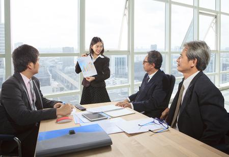 trabajo oficina: Negocios trabajo en equipo en la oficina sala de reuniones