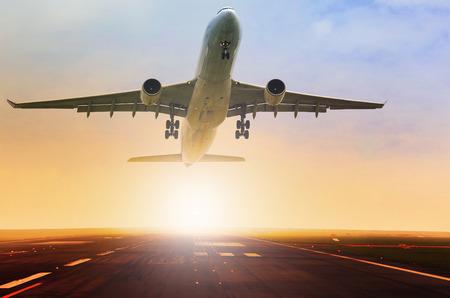avião de passageiros que toma sobre o uso da pista do aeroporto para o transporte aéreo e tema de viagem Foto de archivo