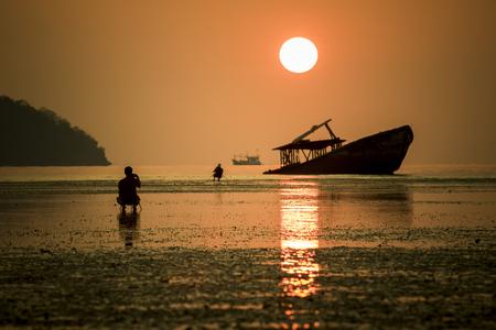 zon opkomen en oude boot