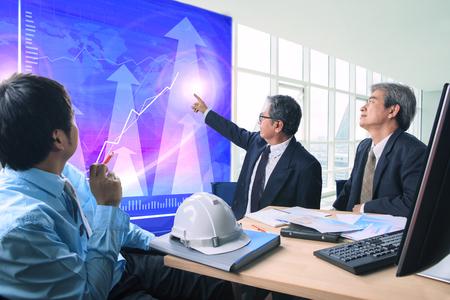 groep van zakenman bijeenkomst met zakelijke grafiek in het kantoor vergaderzaal Stockfoto