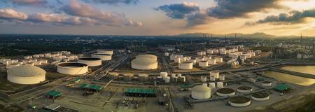 luchtfoto panorama van olieraffinaderij opslagtank in de zware petrochemische industrie fabrieksterrein