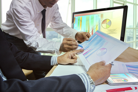 ビジネス男性チームのリーダーシップで成功するにはプレーニングの戦略分析をミーティングのカップル 写真素材