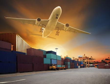 上記のコンテナー貨物飛行機ドックし、船輸送と貨物物流業界のビジネスのためのポートの使用