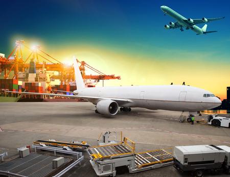 Luftfracht und Frachtflugzeug Laden Handelswaren in Flughafen Container Parkplatz Nutzung für den Versand und den Luftverkehr Logistikbranche