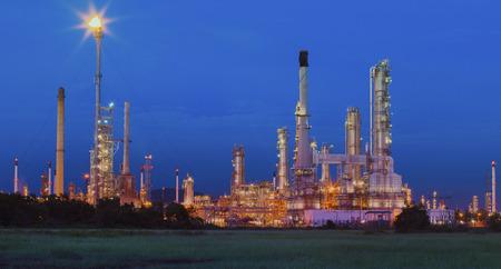 industria petroquimica: belleza de la iluminación de la refinería de petróleo en la industria petroquímica sitio raíces Tailandia