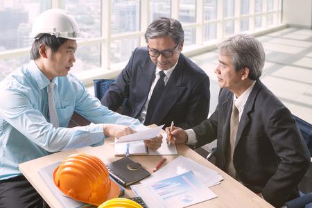 arquitecto: hombre de la ingeniería y la alta junta de arquitectura en la oficina que trabaja