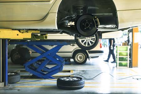 auto wielophanging en remmen onderhoud van het systeem in de auto dienst vóór lange reis