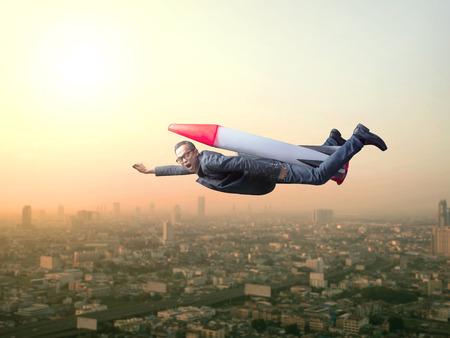 ビジネスの男性ビジネス概念の高層ビルのシーンに対して高い建物の屋根にレンズをスパイ